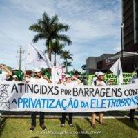 Participantes do FAMA protestam em frente à Eletrobras, em Brasília