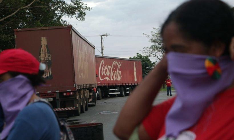 """Movimentos ocupam Coca-Cola e alertam: """"nossas águas não estão à venda!"""""""