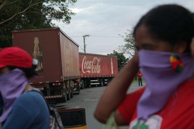 """Movimientos ocupan Coca-Cola y advierte: """"nuestras aguas no están a la venta!"""""""